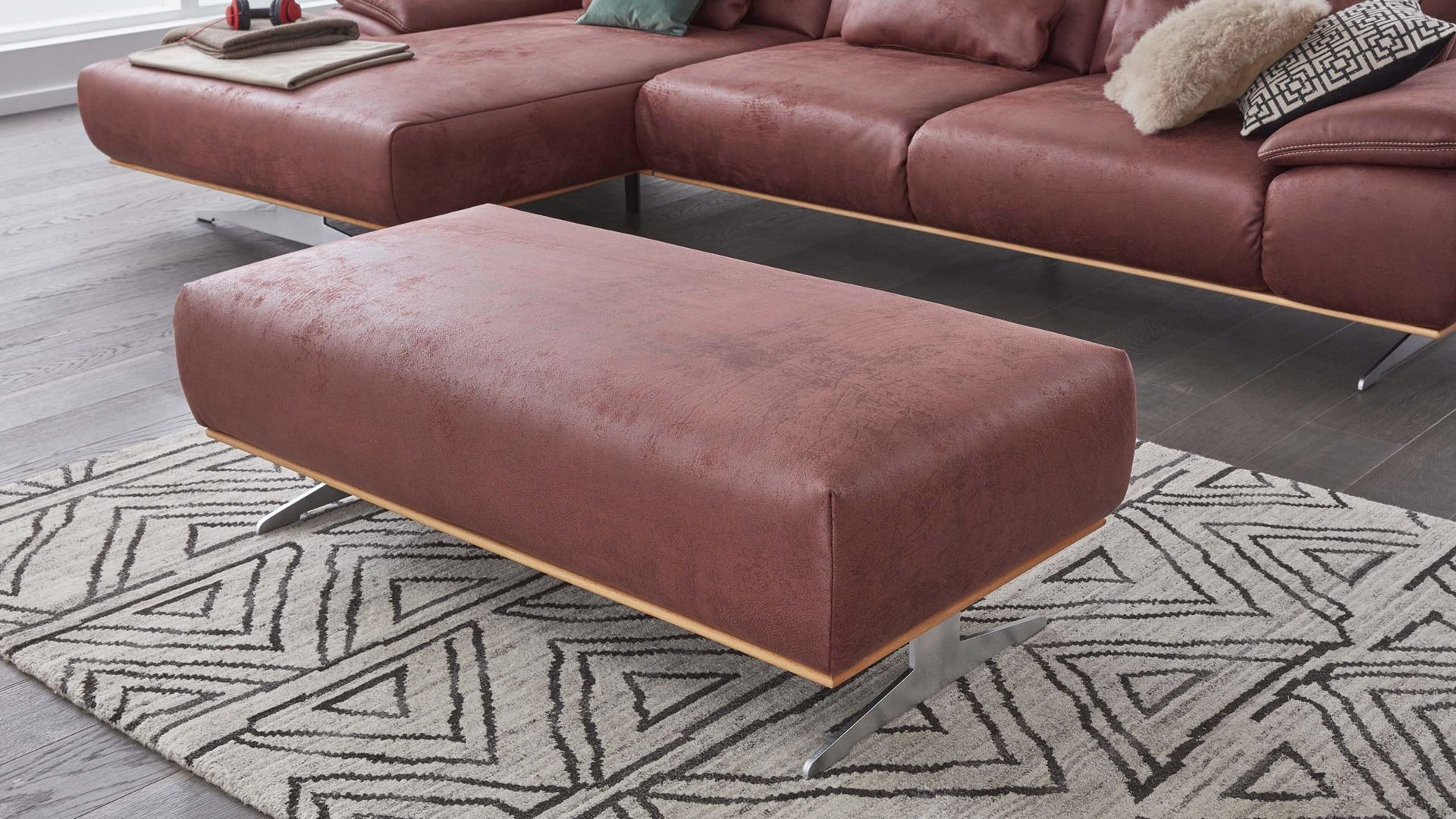 Polsterhocker Interliving aus Stoff in Rot Interliving Sofa Serie 4300 – XXL-Hocker rote Mikrofaser Mustang wine – ca. 135 x 70 cm