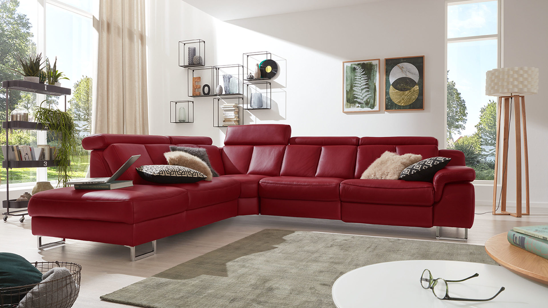 Ecksofa Interliving aus Leder in Rot Interliving Sofa Serie 4050 – Eckkombination rotes LongLife-Leder Cloudy red & Chromfüße – Schenkelmaß ca. 261 x 300 cm