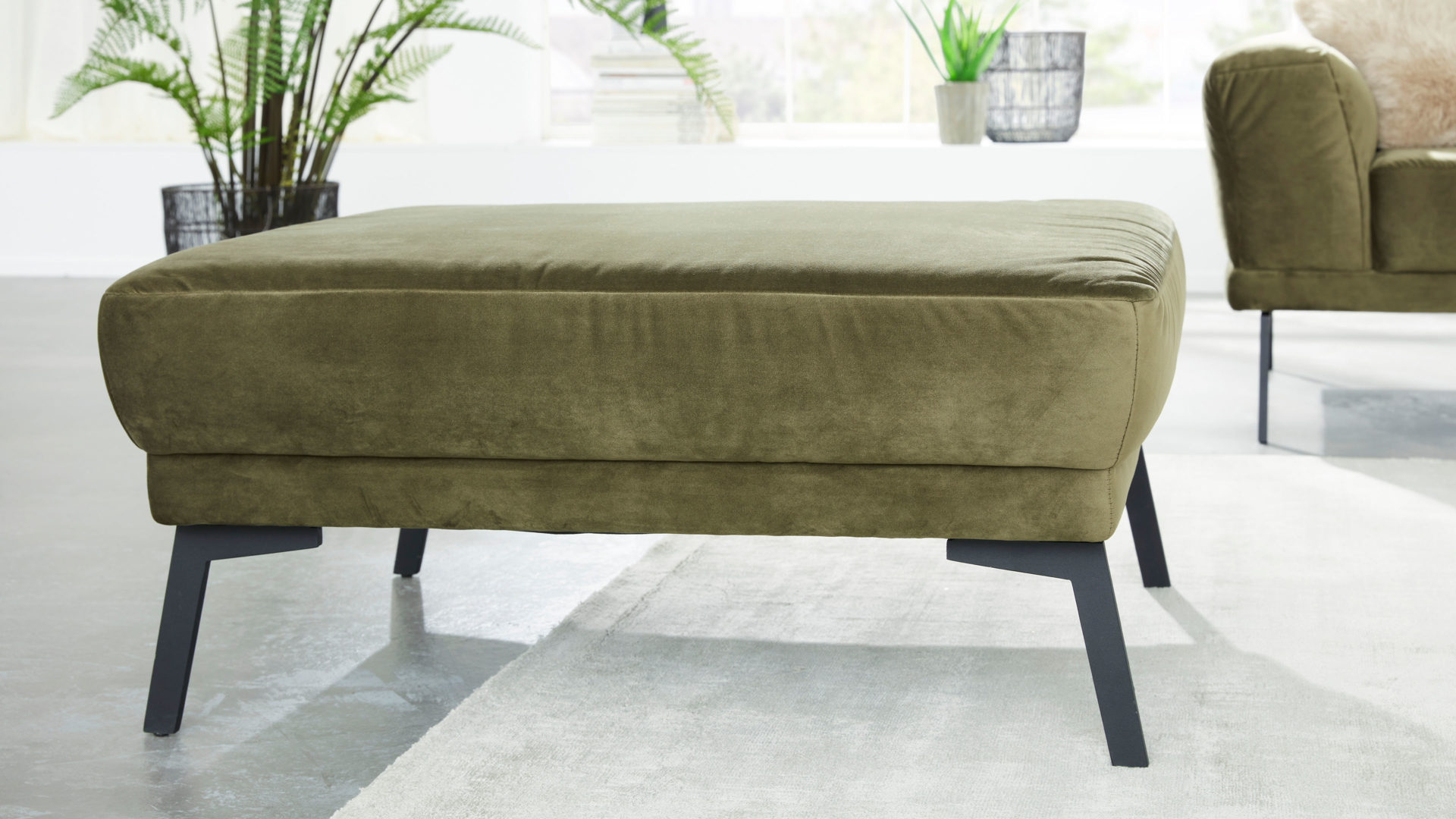 Polsterhocker Interliving aus Stoff in Beige Interliving Sofa Serie 4103 – XXL-Hocker olivfarbene Mikrofaser & mattschwarze Metallfüße - ca. 90 x 90 cm